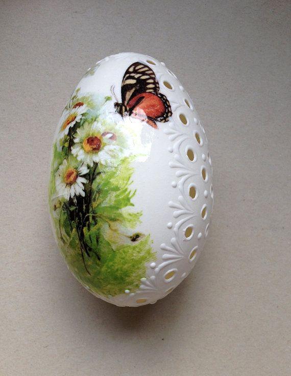 Huevo de Pascua pintado a mano. Verdadero huevo de ganso blanco color Madeira con Decoupage, pintada de colores y decorado con cera. El huevo está