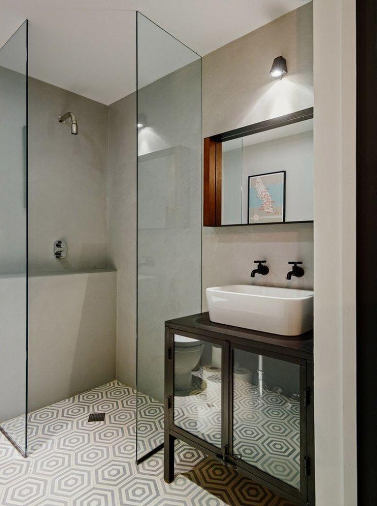 carrelage salle de bains à motifs hexagonaux et douche italienne