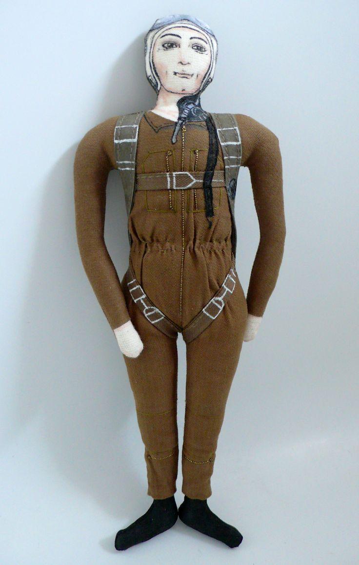 L'aviateur,  Poupée en tissu, dessinée au feutres textiles, et peinte, tissus de récup , 24 cm de haut, Un Radis m'a dit.  Boutique : https://www.alittlemarket.com/boutique/un_radis_m_a_dit-815807.html