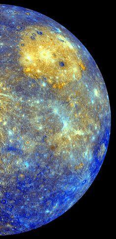 A sonda Messenger, da NASA, capturou um mosaico espetacular de cores do planeta Mercúrio - o menor e mais interno planeta do Sistema Solar. Mercúrio tem uma aparência similar à da Lua com crateras de impacto e planícies lisas, não possuindo satélites naturais nem uma atmosfera substancial. Entretanto, diferentemente da Lua, possui uma grande quantidade de ferro no núcleo que gera um campo magnético, cuja intensidade é cerca de 1% da intensidade do campo magnético da Terra.