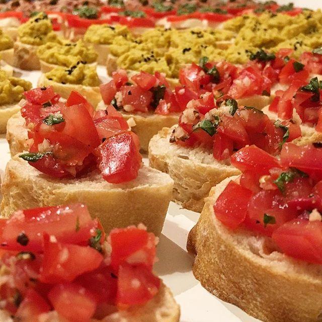 Finger Food | Bruschetta Pomodora • Hummus  #fingerfood #yummy #foodporn #food #foodie #foodstagram #bruschetta #pomodoro #hummus #vegan #veggie #veganfood #veganism #cleanfood #cleaneating #clean #vienna #wien #igersvienna #viennaigers #davidkocht  Yummery - best recipes. Follow Us! #foodporn