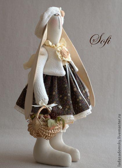 Зайка Sofi. Вот и осень наступила.... Хлопковый беретик, кофточка   ,кружева, панталончики  в мелкий горошек, пышные оборочки   нижней юбки ванильного, молочно-кремового оттенков    контрастируют с насыщенным горчичным  хлопком в мелкий цветочный рисунок.