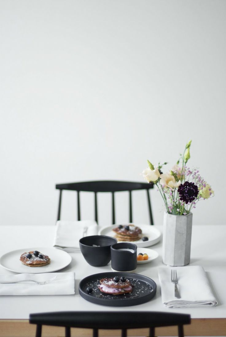 black and white table setting | _our food stories_: behind the scenes & die leckersten veganen pancakes