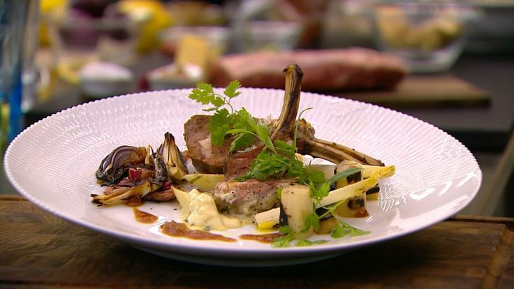 Grillet lam: Lammet brunes af på en grill/pande - smøres med sennep og krydres. Rabarber skæres i stave, vendes med rødløg, honning og ingefær. Krydres og kommes op i et fad. Kødet lægges ovenpå. Lammet steges ved 200 grader i ca 18-20 minutter. Stegte hvide asparges: Asparges skrælles fra hoved mod bund, bund knækkes af, skæres i skrå