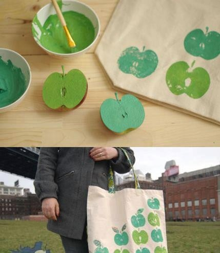 Maak stempels van appels en stempel op stoffen zak.