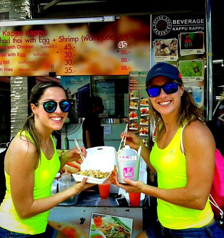 Nos acaban de llegar estas fotos de unas #foodies de #lujo #padthaifan, nuestra compañera Sara y su hermana de viaje por #Tailandia. Por supuesto,  se llevaron nuestros cubitos de paseo en #TukTuk, y para almorzar están en su #salsa!! #quelindas #guapas #thaifoodies #thaifood #Thailand #deviajeconcubitos #PadthaiwokEnElMundo