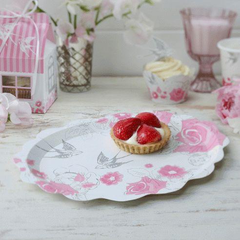 Set van 5 papieren presentatieborden met een mooie design van roze rozen en grijze elegante zwaluwen. Vervolledig de look met de bordjes en servetten van dezelfde collectie. Klassevolle bordjes voor stijlvolle feestjes!
