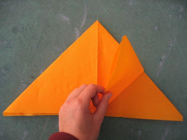 A l'origine c'est un modèle d'origami que j'ai légérement traficoté pour en faire un pliage de serviette qui a décoré la table de mes 20 ans...