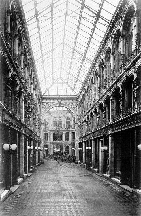 Berlin, Mitte - Innen Gehweg der Kaisergalerie, war 1881 die Kaisergalerie eines der ersten Einkaufszentren in Berlin, wo Sie und Shop unter einem großen Glasdach gehen könnte. Das Gebäude wurde komplett im 2. Weltkrieg zerstört. Einige sehr ähnlich Einkaufspassagen aus dem gleichen Alter sind noch sichtbar in Paris heute.