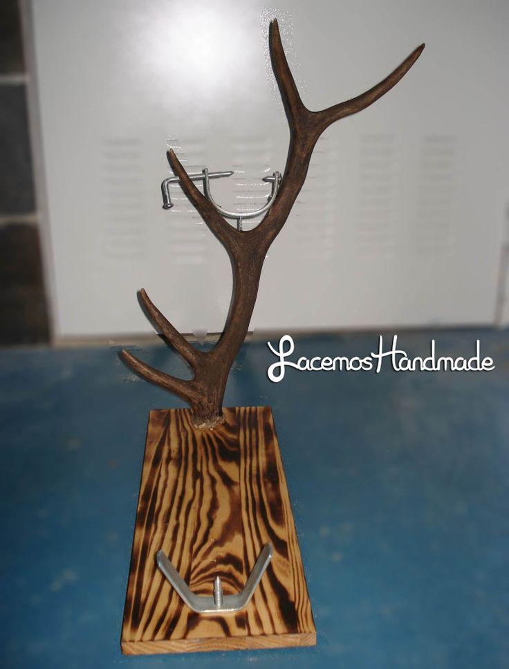 Todos tenemos un jamonero en nuestra casa. Porque no tener uno original?Pues aqui teneís un jamonero hecho con una cuerna de ciervo y base de madera tratada. Mas info: http://www.facebook.com/Facemos