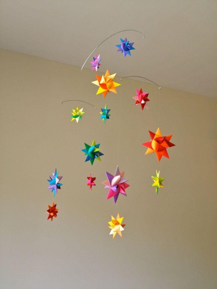 Basteln Sie bunte 3D Sterne für das Mobile