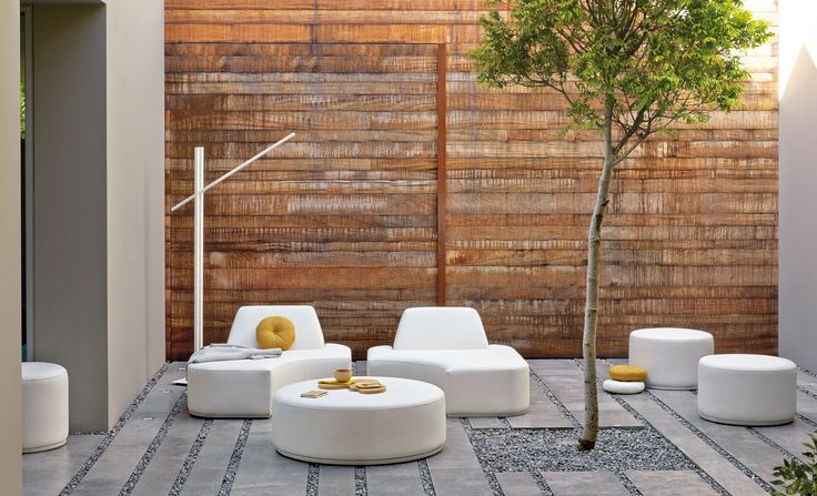 piccolo #cortile ; #ghiaia e #pietra; mobili #Manutti