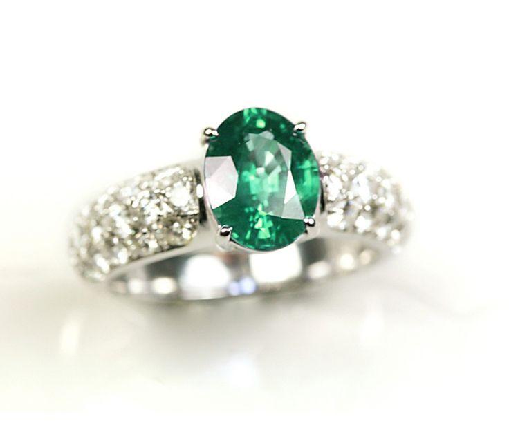 Un exclusivo y precioso anillo de compromiso Se trata de una sortija de esmeralda con diamantes India, un bello diseño protagonizado por una excepcional esmeralda a la que acompaña un pavée de diamantes seleccionados, que la convierten en una pieza de alta joyería.