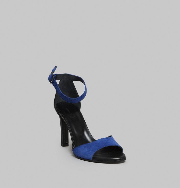 Sandales en cuir noir, brides en velours bleu électrique sur l'avant du pied, au niveau de la cheville, talon 8 cm.     La sandale 71 n'a que des avantages : du