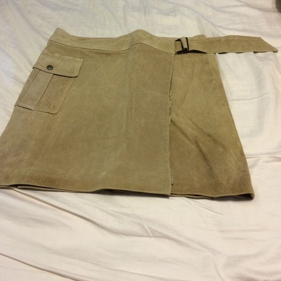 Laundry by Shelli Segal suede miniskirt Beige suede miniskirt with side pocket and buckle closure Laundry by Shelli Segal Skirts Mini
