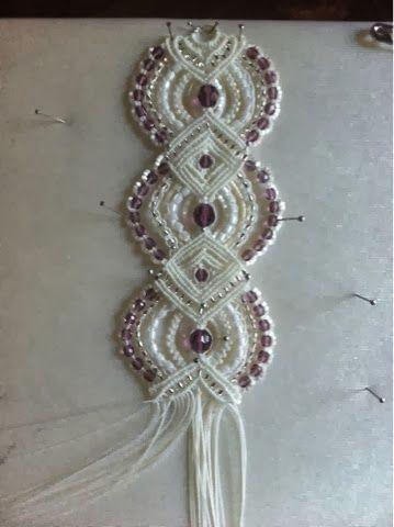 Bueno, vamos a meternos con el macramé. Hay unas cosas preciosas con este arte de hacer nudos. Esta pulsera está hecha con hilo C-Lon pa...