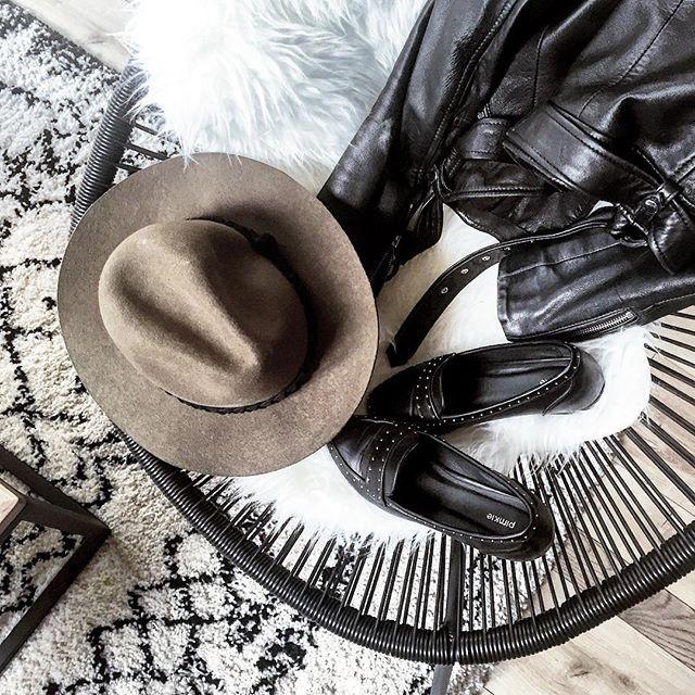 Accessoires d'hier 🔛 ma #favorite chaise #acapulco de chez @casashops #love ✔️ #yesterday #details #detailsoftheday #flatlay #accessories #whatiwore • perfecto #zara #zaradaily • chapeau #hm #hatlover • mocassins cloutés #pimkie #pimkiexme • tapis #laredoute #home #decoration #tapisberbere #inspiration