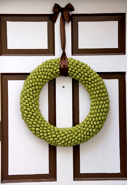 Acorn wreath, love the texture! Throw some glitta on it and you have yourself one cool wreath!