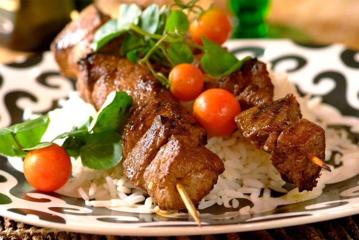 http://kyshaidoma.blogspot.com.by/2012/05/blog-post_3919.html  ШАШЛЫК И ГАРНИР К НЕМУ  Картошка оригинальная Продукты: картофель, масло подсолнечное, чеснок, соль. Измельчаем чеснок, добавляем масло и соль. Получившейся смесью густо натираем картофель. Оборачиваем в фольгу. Запекаем 45-60 минут. Запах и вкус — супер! Испробовано на себе :) Кстати, этот рецепт подойдет как для вылазок, так и в домашних условиях :)   Сардельки с беконом Сыр (любой) натереть на терке и смешать с мелко рубленым…