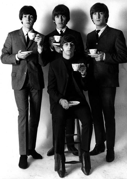 Los Beatles tomando té.