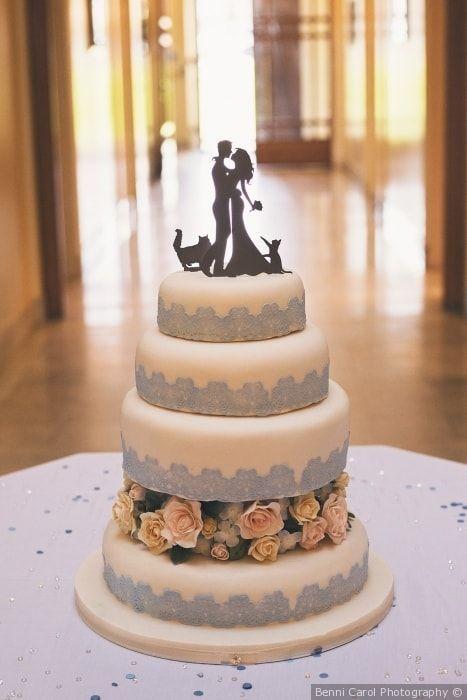 Torta nuziale a piani bianca e celeste con cake topper a sagoma