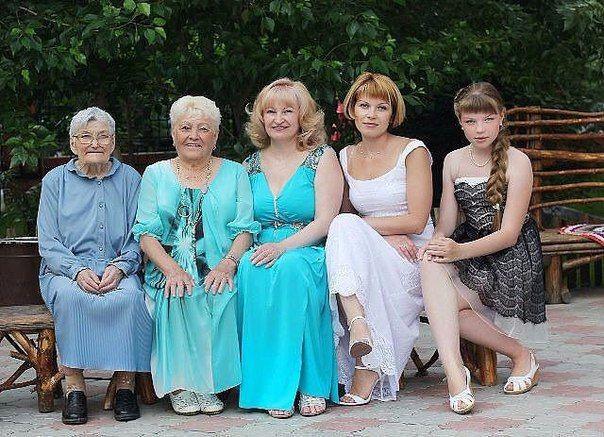 Удивительный мир  Прапрабабушка, прабабушка, бабушка, мама, дочь вместе. Такие фото нечасто встретишь.