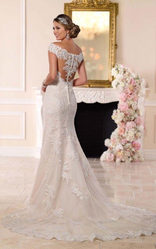 Dieses modifizierte Fit-and-Flare-Hochzeitskleid von Stella York verfügt über …