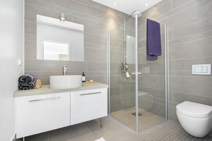 Mammas badrum, grått och vitt