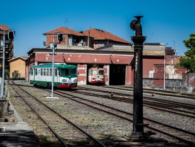 La FCE Ferrovia Circum EtneaCostruita tra il 1895 e il 1898, per tanti anni è stato uno dei mezzi di comunicazione più veloci per i paesi Etnei dal mare e alla città. Da un capo della linea Giarre, ridente cittadina che si affaccia sul mare,con un fantastico porto turistico, dall'altro lato la città barocca e devota a Sant'Agata, Catania.