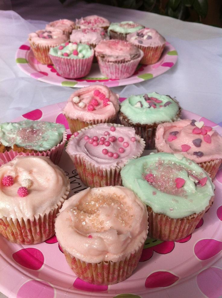 cupcake & http://supercalifeste.com/piattini-per-feste-a-tema-feste-di-compleanno-ricorrenze/199-piattino-carta-26-cm-una-nuova-principessa-.html