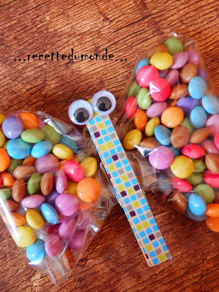 Joli petit papillon sac à bonbons : 1 pince à linge . un ruban de masking-tape . une pochette cadeau transparente . des minis smarties par exemple . des yeux...