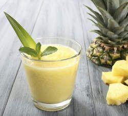 Hooikoorts smoothie: stukje gember ter grootte van je duim, een halve goed gewassen citroen (inclusief schil), een vier centimeter dikke schijf ananas en een appel.