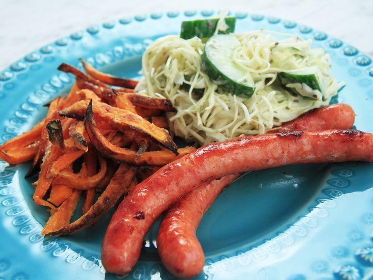 Stekt råkorv med sötpotatisfries och kålsallad | Recept från Köket.se