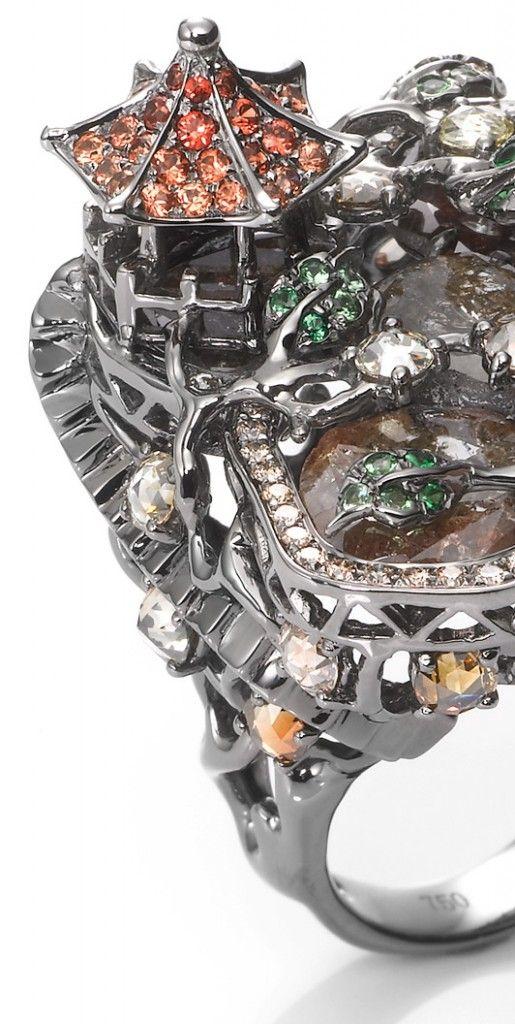 Wendy-Yu-Rings Кольцо из белого золота с разноцветными бриллиантами, оранжевыми сапфирами и зелеными гранатами венди ю юэ