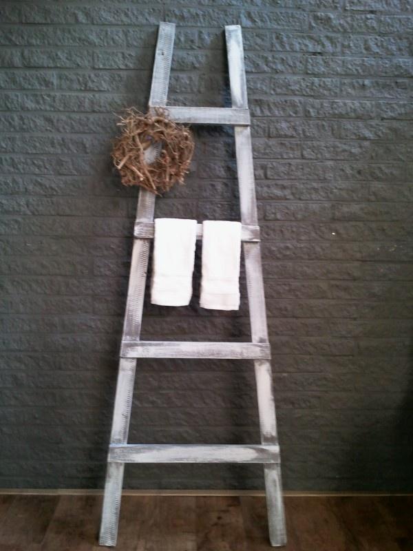 Decoratieve ladder.Leuk voor in de badkamer met een mooie handdoek of voor tijschriften. grijs/bruin geverfd met een verweerde look.    € 29,50