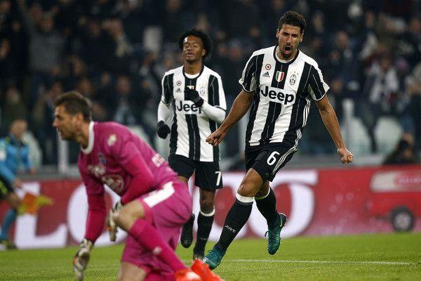 Juventus' German midfielder Sami Khedira (R) celebrates after scoring a goal during the Italian Serie A football match between Juventus and Pescara at the Juventus Stadium in Turin on November 19, 2016. / AFP / MARCO BERTORELLO