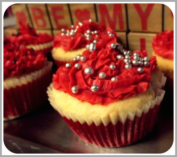Chocolate filled Golden-Cherry Cupcakes for Valentines Day - So easy to make! #cupcakes #valentinesday