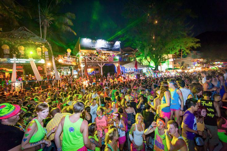 Fiesta de la luna llena (Tailandia) Una de las fiestas playeras más famosas del mundo,  se celebra cuando hay luna llena de cada mes, en la playa de Haad Rin en la isla de Koh Pha Ngan, en Tailandia.  Se llegan a reunir entre 10 a 30 mil personas.   Esta fiesta rave inició en los años 80 cuando un grupo de mochileros decidió realizar una pequeña reunión con una fogata y música; no eran más de 30 personas, pero la tradición se fue haciendo mayor hasta convertirse en lo que es  ahora