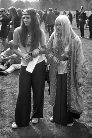 A photo gallery of the evolution of 1960s fashion and dresses including 60s fashion designers, The Jackie Look, mini skirts, Twiggy, mod and hippies.: 1969: Hippies and Summer of Love