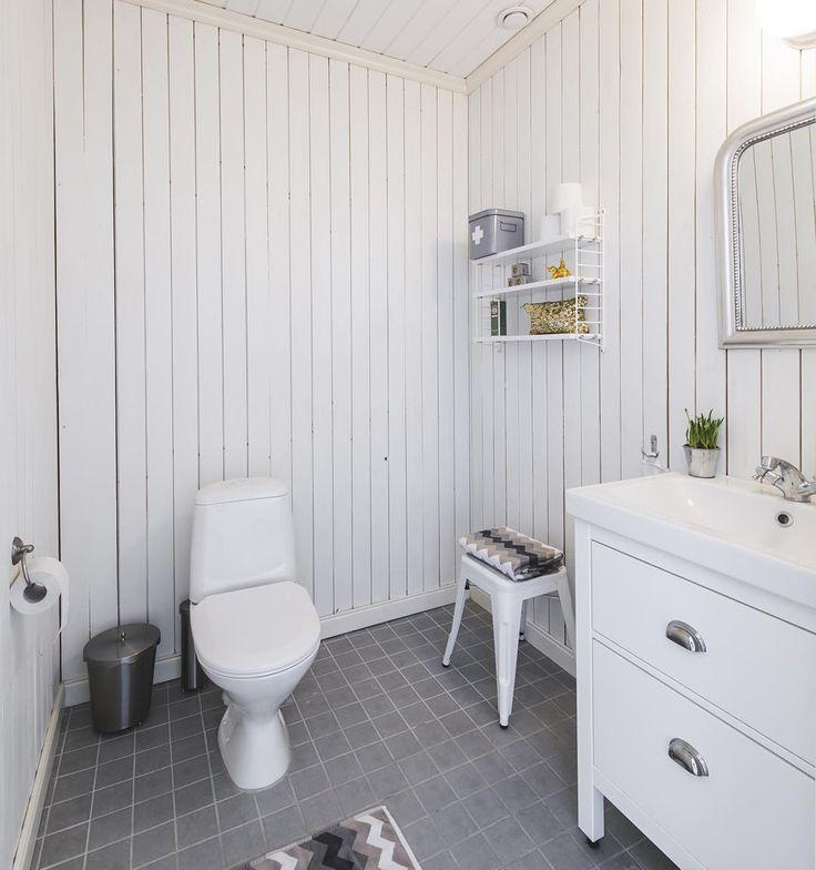 Toalett med träpanel i en Tranan. . #badrum #nybygge #bygganytt #byggahus #fiskarhedenvillan #kakel #klinker #tranan #hus #hem #villa #drömhus #inredningsdesign #inspiration