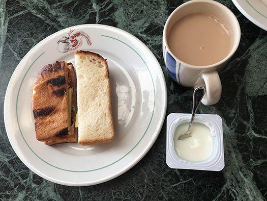 昼ごはん:café au lait、サンドイッチ(ハム、コンテ、パプリカ、トマト、マヨネーズ)、ヨーグルト。ブリニ作りに勤しむ。ブリニの生まれたロシアではそば粉を使うそうなのでやってみたら、素朴すぎる。ホットケーキミックス粉で作るとカステラっぽすぎる。最後にRicottaチーズ(こんなの手作りできちゃうなんて驚き! )を作ってやってみたら、これ、いい。これ、採用!