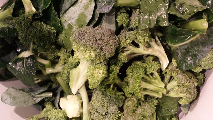 Das ist drin: 1 Kopf Brokkoli 1 Handvoll Kräuter (nach Belieben) Pinienkerne Salz und Pfeffer Knoblauch Olivenöl   So einfach funktioniert's: Gemüse in kleine Stücke schneiden, blanchieren und ab...