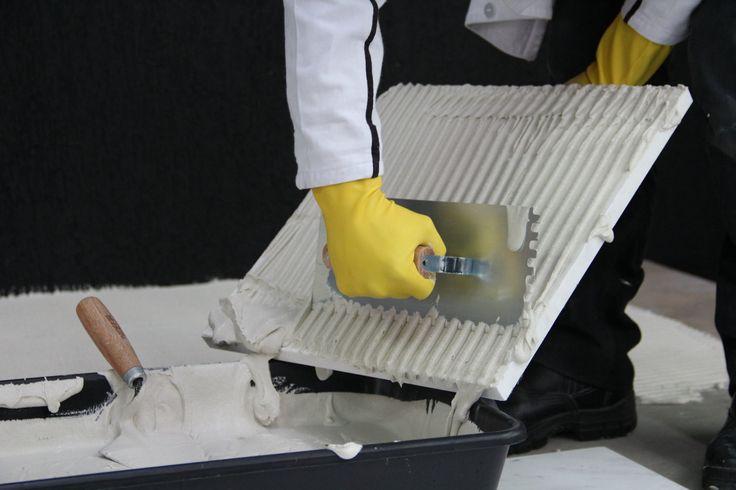 A argamassa recomendada para pisos e revestimentos cimentícios é a AC3 branca
