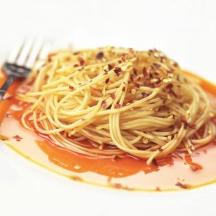The bacon and chili enhance the pasta with crispy spiciness creating a satisfying mealing for everyone.