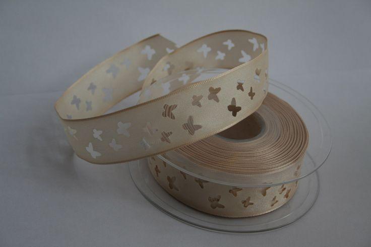 Béžová stuha s vyraženým motivem motýlů Béžová taftová stuha s vyraženým vzorem motýlů. Uvedená cena je za 1bm. Šíře stuhy je 25 mm.