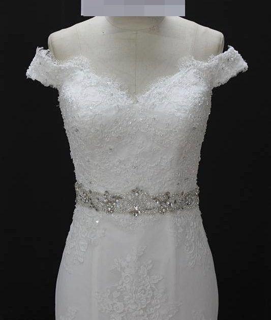 Vestido de noiva sereia, todo rendado, ombro à ombro, faixa com pedrarias, costa ajustável. Via Brasil Noivas.