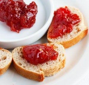 Lo so che la confettura di pomodori non proprio famosa come quella alla fragole, ma credetemi vi sorprenderà, è particolare e potete usarla per farcire le crostate, sopra uno strato di crema pasticcera oppure sulle fette di pane.