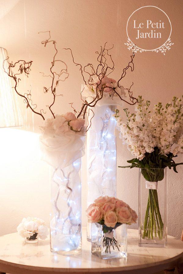 Decorazione fatta con rami di nocciolo, decorati con tulle e fairy lights; piccolo bouquet di rose sweet Avalanche e grande mazzo di delphinium bianchi. Per decorare un aperitivo o un open bar.