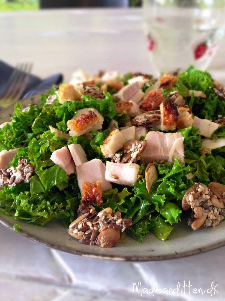 Lun grønkålsalat med flæskesteg og knækbrødsmulder