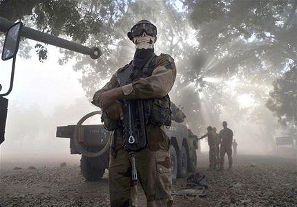 """""""Ví a ese soldado que tenía un curioso pañuelo y saqué la foto. En el momento no creí que la escena fuera particularmente extraordinaria, ni chocante. El no estaba posando. No hay ninguna puesta en escena en esta imagen. El soldado sólo estaba ahí, protegiéndose el rostro del polvo, esperando que se pose el helicóptero"""", agregó el fotógrafo."""
